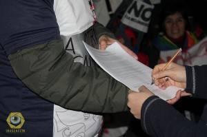 Firmando en Trelew por la Iniciativa Popular